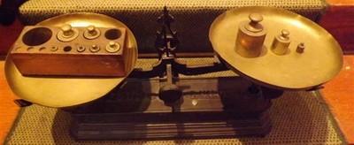 balance roberval 5 kg en fonte plateaux cuivre avec sa bo te de poids d 39 poque boutique www. Black Bedroom Furniture Sets. Home Design Ideas